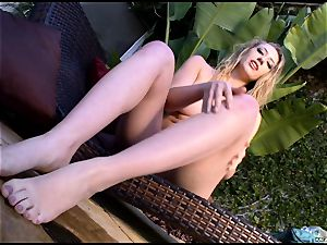steamy molten Kagney Karter plays with her super hot toes