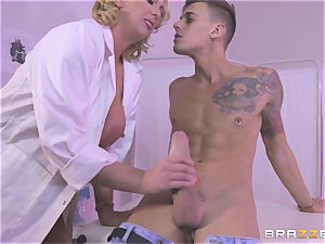 blondie mummy Leigh Darby gets her lips lush a fat lollipop