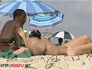 Beach sweeties suspend out bare below the sun