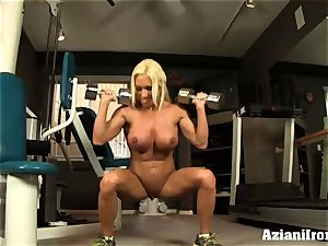 fitness model shows and fumbles her cooch for you
