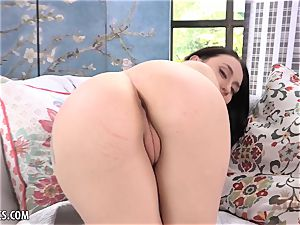 Mandy Muse opens up her vagina wide for you